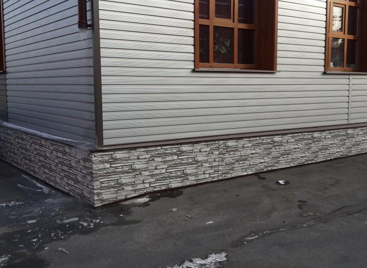Фасад –сайдинг евродоска гофр., цвет RAL 9006 (серебро) Цоколь – лист плоский, покрытие PRINTECH (белый камень)