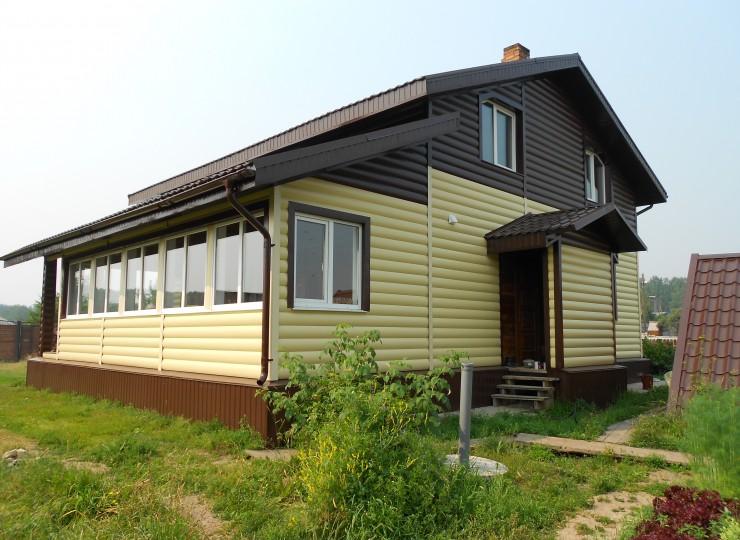 Фасад – сайдинг блок хаус ( бревно), цвет RAL 1015 ( св. слон кость) и RAL 8017 ( шоколад) Цоколь  - профлист С8, цвет RAL 8017 (шоколад)